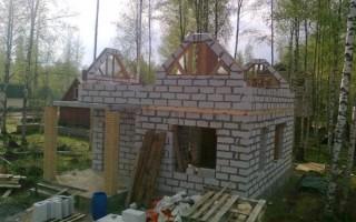 баня из блока и мансардной крышей