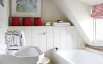 Ванная комната мансарда с окном